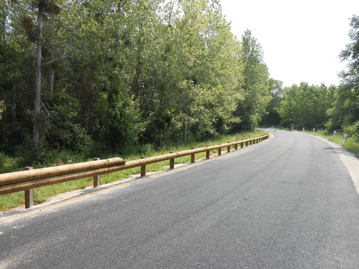 Steel backed timber guardrails transitions - CE Road safety equipement