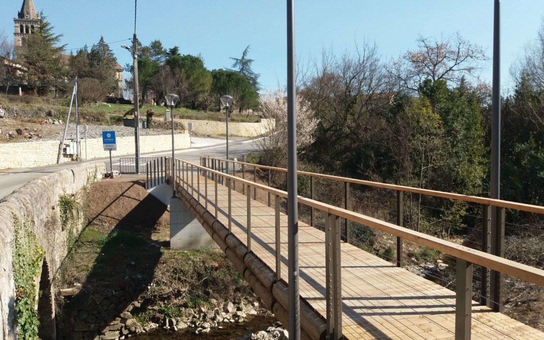 Saint-Etienne-de-Fontbellon : La nouvelle passerelle Tertu sécurise le chemin de l'école !