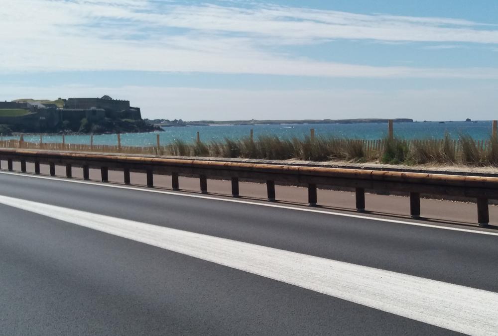 Nouvelle piste cyclable de Saint Pierre Quiberon : la glissière bois-métal T32 sécurise le passage de l'Isthme