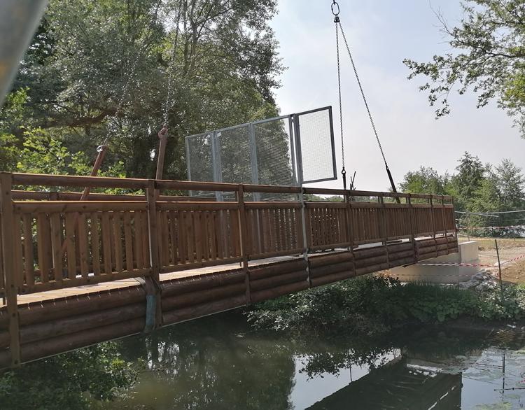 Une passerelle bois-métal Tertu au Parc de Bouvent, à Bourg-en-Bresse